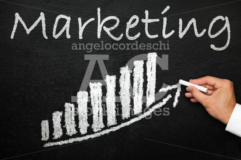 Blackboard with handwritten marketing text. Arrow going upwards - Angelo Cordeschi