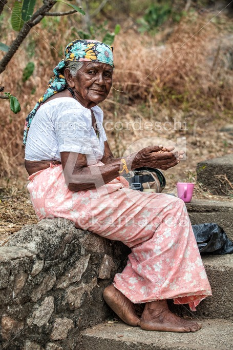 Ederly woman asking for charity sitting in the steet in Sri Lank - Angelo Cordeschi